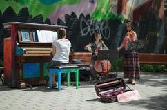 MONTREAL, KANADA, AM 22. JUNI 2016: Defocused Ansicht von Straße musici Stockbilder