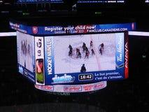 MONTREAL, KANADA, Kinder zeigen kanadisches und amerikanisches NHL-Spiel, Mittelglockenstadion, nationale Hockey-Liga, Bell-Mitte stockbild