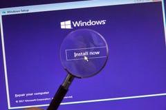 MONTREAL KANADA, LISTOPAD, - 8, 2018: Windows systemu operacyjnego instalacyjny proces na laptopu ekranie Microsoft jest amerykan obraz royalty free