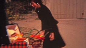 MONTREAL, KANADA 1974: Mutter und Baby im stilvollen Plaidspaziergänger auf Straßen von Montreal stock video