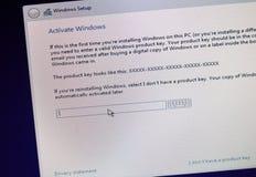 MONTREAL, KANADA - 8. NOVEMBER 2018: Windows OS-Installation und Aktivierungsprozeß auf einer PC-Anzeige Microsoft ist ein Amerik lizenzfreie stockfotografie