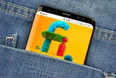 MONTREAL KANADA - OKTOBER 4, 2018: Google projekt fi, mobil logo för faktiskt nätverk på skärmen s8 Google är en amerikansk tekno royaltyfria bilder
