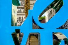 Montreal konstmuseum med en härlig skulptur av FÖRÄLSKELSE Arkivfoton