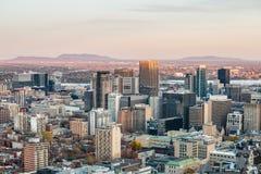 Montreal linia horyzontu z ikonowymi budynkami śródmieście i CBD biznesowi drapacz chmur brać od Mont Królewskiego wzgórza, zdjęcia stock