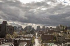 Montreal linia horyzontu z ikonowymi budynkami CBD biznesowi drapacz chmur brać od mieszkaniowego okręgu Le Wioska, zdjęcie royalty free