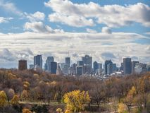 Montreal linia horyzontu z ikonowymi budynkami Montreal CBD biznesowi drapacz chmur widzieć od Jean Drapeau parka i swój lasu, zdjęcie royalty free