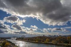 Montreal linia horyzontu z ikonowymi budynkami Montreal CBD biznesowi drapacz chmur widzieć od Jean Drapeau parka w jesieni, zdjęcia royalty free