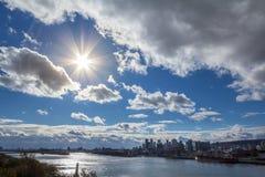 Montreal linia horyzontu z ikonowymi budynkami Montreal CBD biznesowi drapacz chmur widzieć od Jean Drapeau parka w jesieni, zdjęcia stock