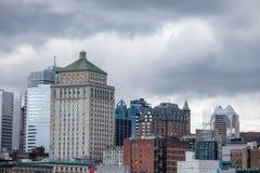 Montreal linia horyzontu z ikonowymi budynkami stary Montreal Vieux Montreal i CBD biznesu drapacz chmur, obraz stock