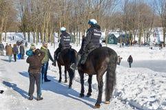 Montreal monterade patrulltjänstemän i Mont-kunglig person parkerar Arkivfoto