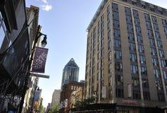 Montreal, o 27 de junho: Opinião do centro da rua Sainte Catherine de Montreal na província de Quebeque Fotografia de Stock