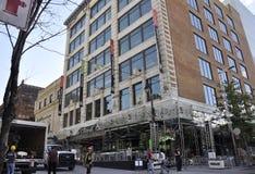 Montreal, o 27 de junho: Opinião do centro da rua Sainte Catherine de Montreal na província de Quebeque fotos de stock royalty free