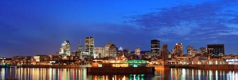 Montreal over rivier bij schemer stock foto