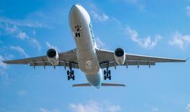Montreal, Quebec, Canadá - 7 de agosto de 2017: Un Airbus A330 del aterrizaje de Air Transat en Pierre Elliott Trudeau Internatio foto de archivo libre de regalías