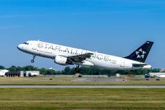 Montreal, Quebec, Canadá - 20 de julio de 2017: Un Airbus A320 de Air Canada en la librea de Star Alliance saca de Montreal fotografía de archivo libre de regalías