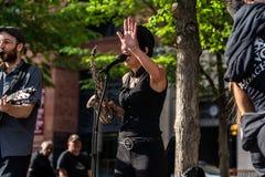 MONTREAL, QUEBEC, CANADÁ - 21 DE MAYO DE 2018: Músicos de la calle en el área del parque de Montreal imagenes de archivo