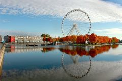 Montreal, Quebec, Canada - het Dalingspanorama van reuzeferris rijdt in de Oude Haven royalty-vrije stock afbeelding