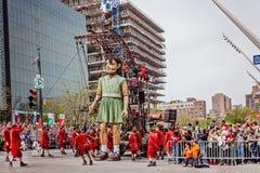 Montreal, Quebec, Canada - Mei 21, 2017: Place des Festivals - de meisje Reuzemarionet stock foto's