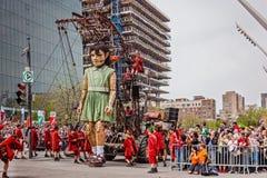 Montreal, Quebec, Canada - Mei 21, 2017: Place des Festivals - openluchtgebeurtenisruimte De Reuzemarionetten van Koninklijke lux stock foto's