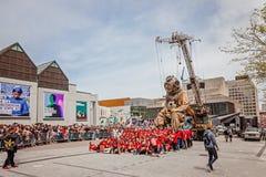 Montreal, Quebec, Canada - Mei 21, 2017: Place des Festivals - openluchtgebeurtenisruimte De Reuzemarionetten van Koninklijke lux stock fotografie