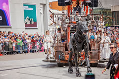 Montreal, Quebec, Canada - Mei 21, 2017: Place des Festivals - openluchtgebeurtenisruimte Het lopen van hond bij de Reuzemarionet royalty-vrije stock foto