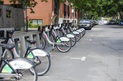 Montreal Quebec, Kanada - 18 Juli 2016 - delade cyklar fodras Arkivbild