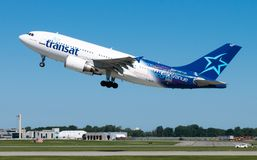 Montreal Quebec, Kanada - Juli 30, 2017: En Air Transat Jet Airplane som tar av från den Pierre Elliott Trudeau International Air royaltyfria foton