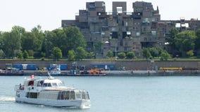MONTREAL QUEBEC, KANADA - JULI 31, 2013: En sikt av lägenheterna för livsmiljö 67 i Montreal Byggdes för expo 67 Fotografering för Bildbyråer