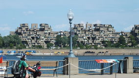 MONTREAL QUEBEC, KANADA - JULI 31, 2013: En sikt av lägenheterna för livsmiljö 67 i Montreal Byggdes för expo 67 Royaltyfria Foton