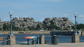 MONTREAL QUEBEC, KANADA - JULI 31, 2013: En sikt av lägenheterna för livsmiljö 67 i Montreal Byggdes för expo 67 Arkivbild