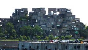 MONTREAL QUEBEC, KANADA - JULI 31, 2013: En sikt av lägenheterna för livsmiljö 67 i Montreal Byggdes för expo 67 Royaltyfri Bild