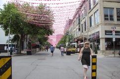 Montreal Quebec, Kanada - 18 Juli 2016: Folk som strosar ner R Arkivfoto
