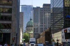 Montreal Quebec, Kanada - 18 Juli 2016 - generisk byggnad gör in Arkivbilder