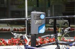 Montreal Quebec, Kanada - 18 Juli 2016 - parkeringsteckenyttersida I Royaltyfria Bilder