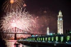 Montreal Quebec, Kanada - Juni 2014: Internationell fyrverkerifestivalsikt från den gamla porten royaltyfria bilder