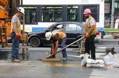 Montreal, Quebec, Kanada Lipiec 19 2016 - dróg laborers remontowy cr Zdjęcie Stock