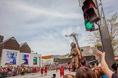 Montreal, Quebec Kanada, Maj, - 21, 2017: Ludzie bierze fotografie dalekomorskiego nurka gigantyczny marionetkowy wydarzenie Fotografia Royalty Free