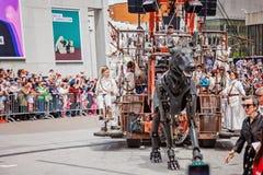 Montreal Quebec, Kanada - Maj 21, 2017: Ställedes-festivaler - frilufts- händelseutrymme Gå hunden på den jätte- dockahändelsen Royaltyfri Foto