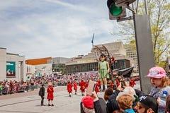 Montreal, Quebec Kanada, Maj, - 21, 2017: Tłum patrzeje małej dziewczynki Gigantycznej chodzącej marionetki Zdjęcia Royalty Free