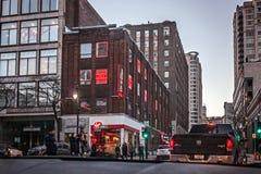 Montreal Quebec, Kanada - mars 11, 2016: Afton i den i stadens centrum Montreal staden, Helgon-Catherine gata Fotografering för Bildbyråer