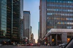 Montreal Quebec, Kanada - mars 11, 2016: Afton i den i stadens centrum Montreal staden, tidig solnedgång Arkivbild