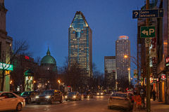 Montreal, Quebec Kanada, Marzec, - 11, 2016: Wieczór w w centrum Montreal mieście, wczesny zmierzch Wizerunek może mieć adrę lub  Obrazy Royalty Free