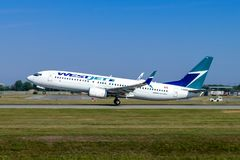Montreal, Quebeque, Canadá - 20 de julho de 2017: Boeing 737-800 de Westjet decola de Pierre Elliott Trudeau International Airpor foto de stock royalty free
