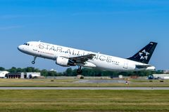 Montreal, Quebeque, Canadá - 20 de julho de 2017: Um Airbus A320 de Air Canada na libré de Star Alliance decola de Montreal fotografia de stock royalty free