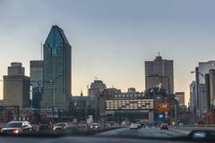 Montreal, Quebeque, Canadá - 11 de março de 2016: Noite na cidade do centro de Montreal, por do sol adiantado Opinião da estrada Fotos de Stock