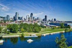Montreal-Skyline mit Yacht im Vordergrund Lizenzfreie Stockfotos