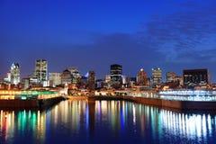 Montreal sobre el río en la oscuridad Fotografía de archivo