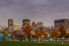 Montreal som är i stadens centrum på solnedgången Arkivfoto