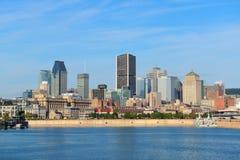 Montreal stadshorisont över floden Arkivbilder
