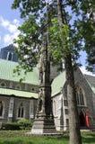 Montreal, 27th Czerwiec: Raoul Wallenberg zabytek w Przyklasztornym ogródzie Chrystus Kościelna katedra od Montreal w Quebec prow Obraz Royalty Free